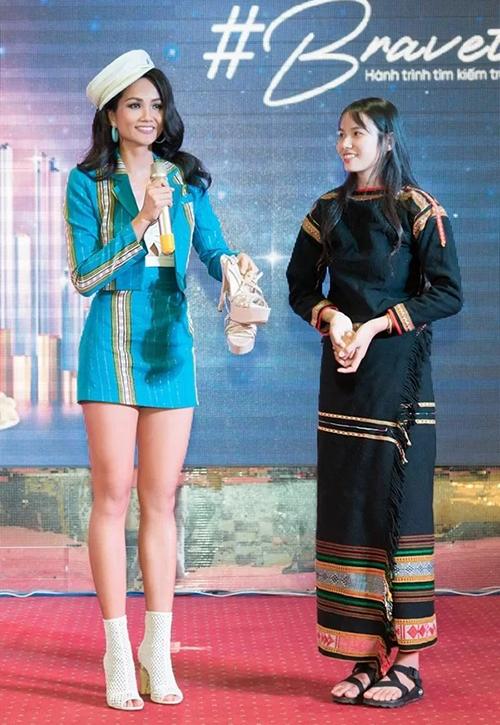 Trong buổi giao lưu tại Đắk Lắk, HHen Niê còn tặng