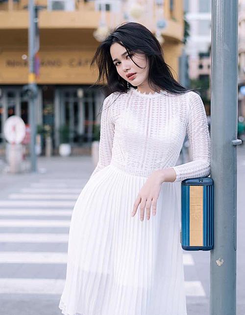 Cô có kinh nghiệm diễn xuất trước ống kính nhờ hai năm làm người mẫu. Trước khi thử sức thi sắc đẹp, Bella là phóng viên và từng tác nghiệp tại chính sân khấu Hoa hậu Hoàn vũ Việt Nam 2017, chứng kiến khoảnh khắc HHen Niê đăng quang.