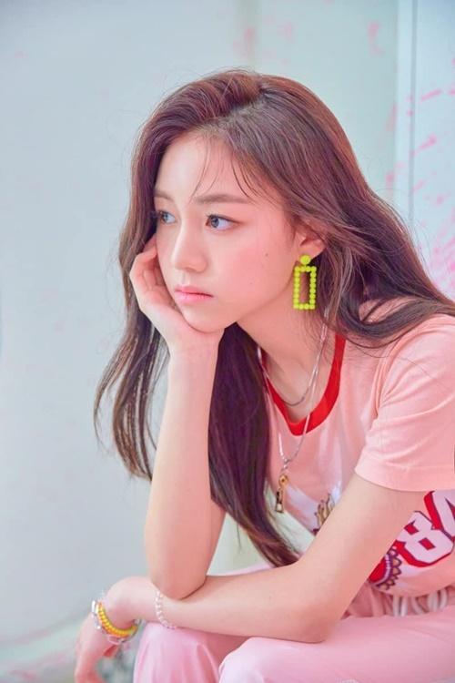 Em út Da Hyun của nhóm Rocket Punch đang trở thành đề tài được quan tâm trên các diễn đàn Kpop. Cô nàng sinh năm 2005, là một trong những idol nhỏ tuổi nhất hiện nay. Dù mới ra mắt, Da Hyun đã nhận được nhiều lời khen ngợi về nhan sắc.