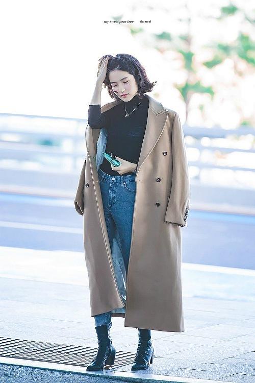 Gu thời trang đậm chất girlcrush của Kim Tae Ri cũng được lòng khán giả nữ Hàn Quốc. Cô từng được bình chọn là ngôi sao hàng đầu của giới lesbian xứ kim chi.