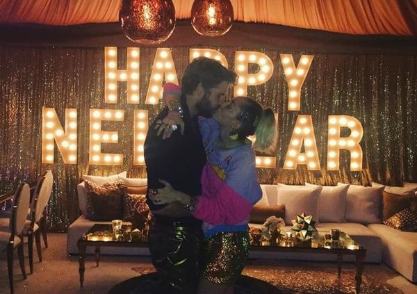 1/1/2017: Khoảnh khắc đón năm mới ngọt ngào của Miley - Liam.
