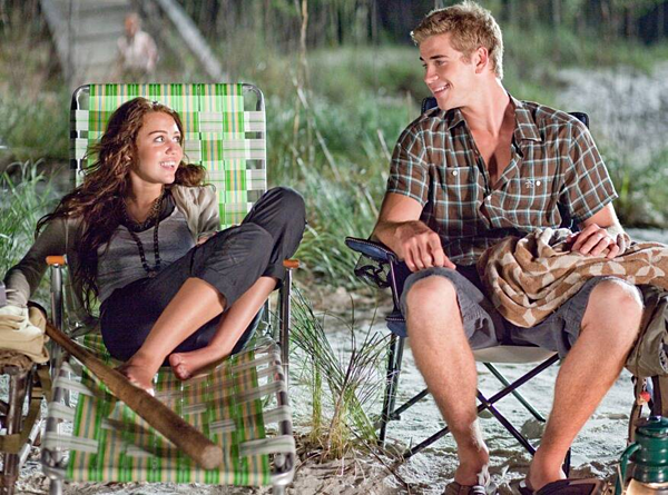 Tháng 6/2009: Miley Cyrus và Liam Hemsworth trúng tiếng sét ái tình trên phim trường The Last Song, bộ phim điện ảnh của đạo diễn Nicholas Sparks. Cảnh quay hai diễn viên chìm đắm trong nụ hôn trên bãi biểnkhông phải vì nhập tâm vào nhân vậtmà là chính họ đã phải lòng nhau.