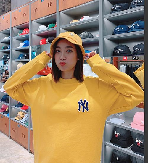 Hoa hậu Đỗ Mỹ Linh pose hình xì tin trong cửa hàngthời trang.