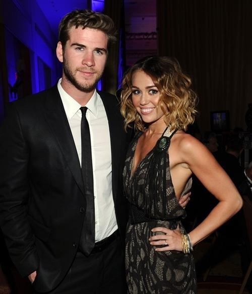 Tháng 3/2012: Sau 2 năm trải qua một vài lần xích mích - tái hợp, Miley Cyrus khiến dư luận ngạc nhiên khi xuất hiện với một chiếc nhẫn kim cương trong một lần dự sự kiện cùng Liam Hemsworth. 3 tháng sau đó, tin đính hôn của cặp đôi được công bố với báo chí.