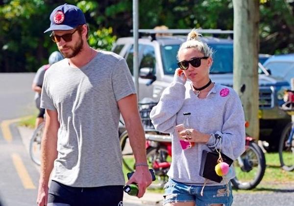 Tháng 4/2016: Miley và Liamcông khai xuất hiện cùng nhau tại một kỳ nghỉ ở Australia. Trước đó, tin đồn tái hợprộ lên sau khi người hâm mộ phát hiện hai người cùng đónkỳ nghỉ mừng năm mới tại gia đình Liam.