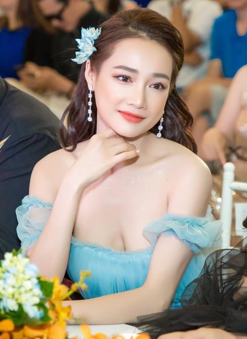 Khi diện những kiểu váy này, người đẹp còn chịu khó đánh phấn nhũ, đánh khối ngực để làn da càng thêm mịn màng, gợi cảm.