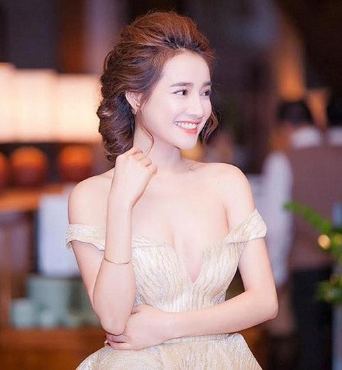 Trước khi về chung một nhà với Trường Giang, Nhã Phương cũng thỉnh thoảng diện váy trễ nải, tuy nhiên tần suất không dày đặc như hiện tại.