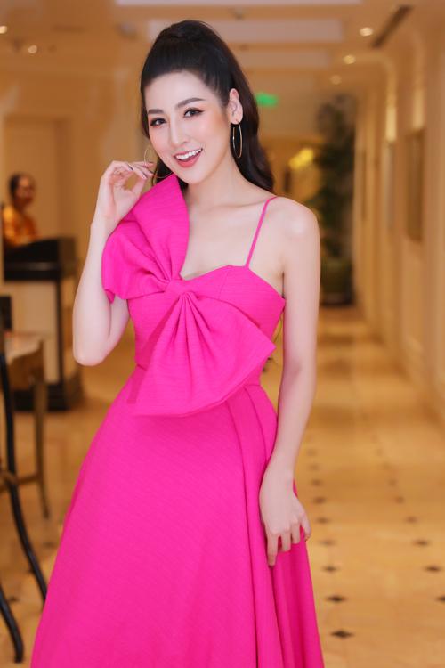 Tối cùng ngày, Tú Anh đổi sang chiếc đầm hai dây hồng, đính chiếc nơ khổng lồ làm điểm nhấn. Trang phục giúp cô khoe vẻ ngọt ngào, gợi cảm.