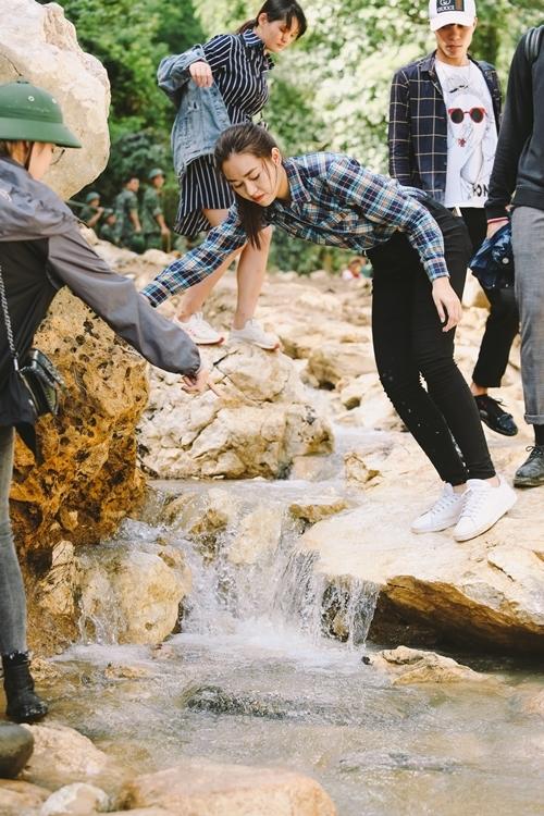 Họ phải trèo đèo, lội suối, đi bộ hơn 3,5km để đến với người dân vừa chịu thiệt hại của thiên tai.