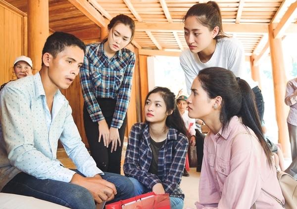 Các người đẹp xúc động khi tới thăm trường hợp của anh Hồ Văn Vân khi có 6 người thân gồm cha mẹ, vợ, chị gái và hai con trai bị lũ cuốn trôi.