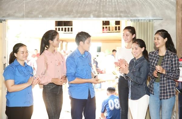 BTC và các người đẹp cuộc thi Miss World Vietnam trao tặng 20 triệu đồng cho Đoàn thanh niên tình nguyện đang khắc phục hậu quả tại địa phương.