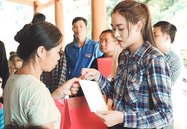Tại bản Sa Ná, các người đẹp trực tiếp thăm hỏi, tặng quà và tiền mặt 70 triệu đồng cho các người dân vừa mất hết nhà cửa, tài sản bị lũ cuốn trôi.