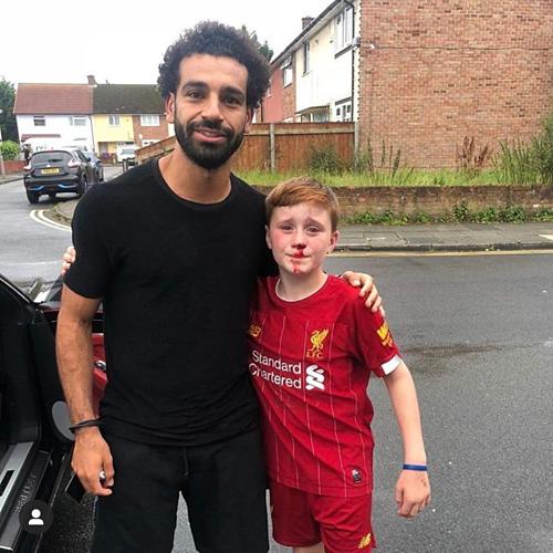 Cầu thủ người Ai Cập chụp ảnh với cậu nhóc Louis Fowler.