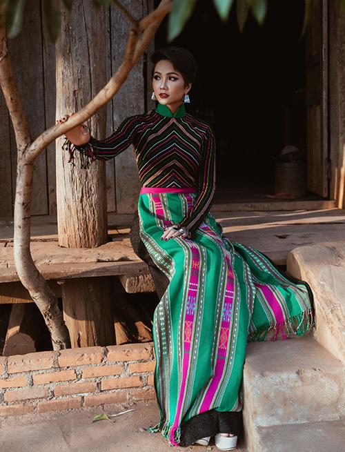 Áo dài thổ cẩm thể hiện sự giao lưu văn hóa của dân tộc Êđê và Kinh cũng được HHen Niê gửi gắm qua trang phục.