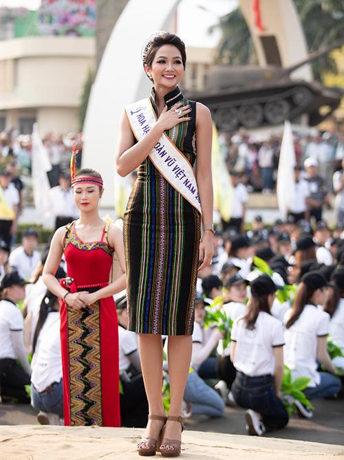 Trong các hoạt động quảng bá văn hóa quê hương hoặc diễn ra tại quê nhà Đắk Lắk, HHen Niê đều lăng xê các kiểu váy thổ cẩm, kết hợp cùng giày cao gót.