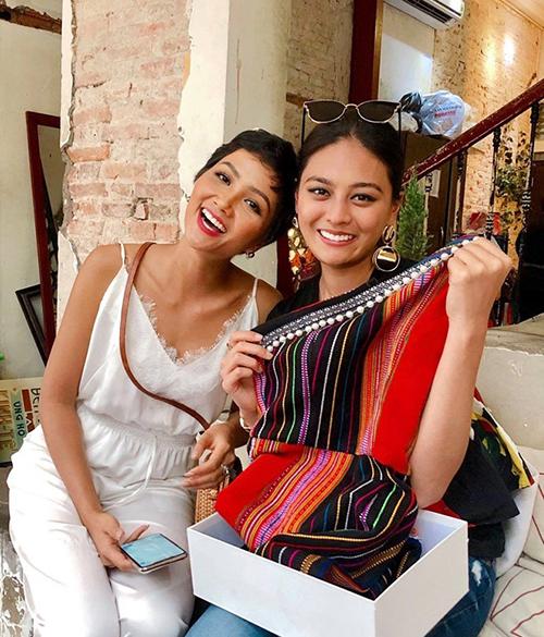 Người đẹp còn nhiệt tình quảng bá nền văn hóa Êđê bằng cách tặng đồ làm từ vải dệt thổ cẩm cho Hoa hậu Hoàn vũNhật Bản Yuumi Kato khi cô đến thăm Việt Nam.