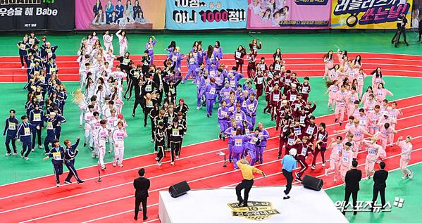 Các idol xếp hàng trước giờ thi đấu.