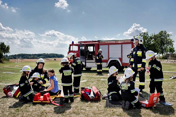Đội cứu hỏa tình nguyện trẻ toàn nữ ở làng Miejsce Odrzanskie, Ba Lan.