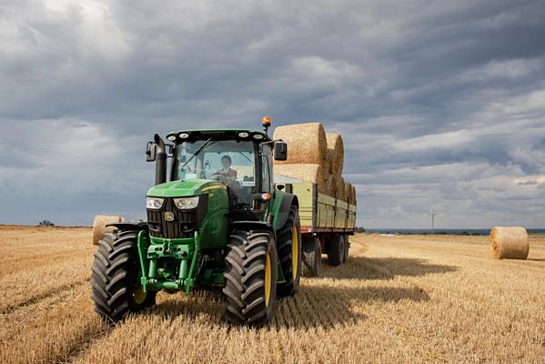 Adrianna Pieruszkalái một chiếc máy kéo trên cánh đồng lúa mì.