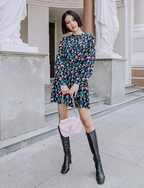Phí Phương Anh cũng có khả năng biến váy hoa, túi Louis Vuitton hồng trở nên chất lừ.