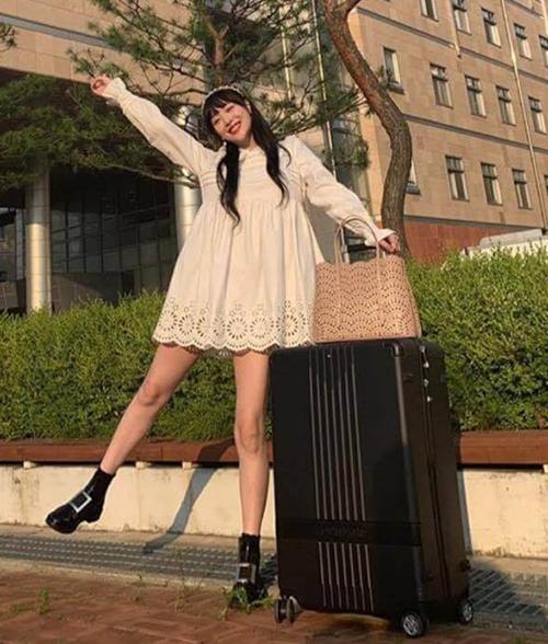 Thiết kế váy babydoll trắng, phần gấu đắp ren cũng rất phù hợp với vẻ đẹp tựa búp bê của Sulli.