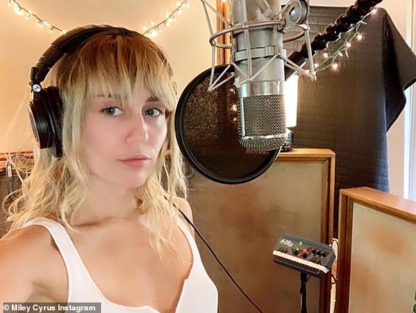 Miley đãtrở lại studio để thu âm ca khúc mới.