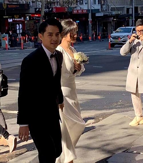Đông Nhi mặc váy cưới sánh đôi bên Ông Cao Thắng.