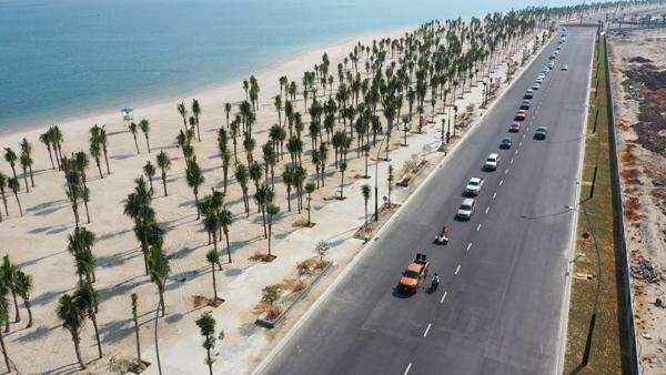 Để lan tỏa mạnh mẽ tinh thần bảo vệ môi trường và thu hút đông đảo cư dân, khách du lịch tham gia hoạt động, hơn 30 xe ô tô đã thực hiện roadshow từ Cái Dăm tới tuyến đường bao biển kéo dài gần 10km.