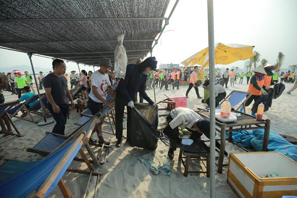 Chỉ sau 30 phút, số lượng rác gom về lên tới hơn 300kg. Nhiều tình nguyện viên còn mang về thành quả là dây thừng được các đội chơi teambuilding bỏ lại, hay những tấm ván gỗ đã hỏng... 300kg là một con số không hề nhỏ bởi trước đó, từ 6h sáng, đội vệ sinh bãi biển đã dọn dẹp toàn bộ rác của ngày hôm trước.