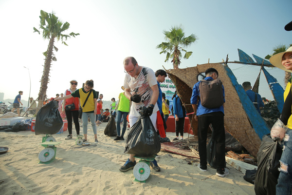 Một số khách nước ngoài cũng bị thu hút và hào hứng tham gia hoạt động có ý nghĩa vì kỳ quan thiên nhiên Hạ Long xanh, không rác.