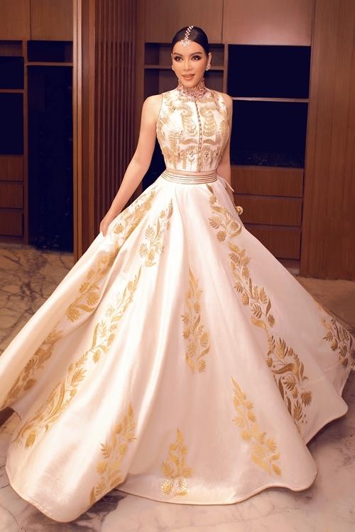 Tối 12/8 (giờ địa phương), Lý Nhã Kỳ diện váy sari dát vàng, đeo trang sức triệu USD dự sinh nhật xa hoa của tỉ phú Ấn Độ.