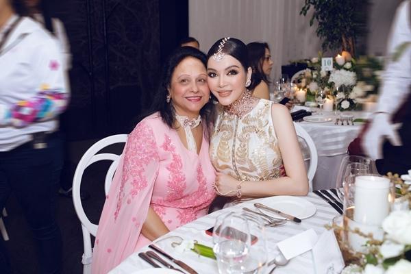 Cô chụp hình cùng phu nhân tỉ phú Nitin Shah.