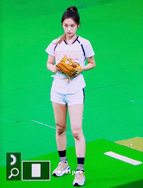 Yeji (ITZY) khoe hình thể khỏe khoắn khi diện quần short. Tân binh nhà JYP cũng đang là girlcrush tân binh cực thu hút.