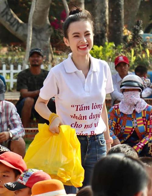 Angela Phương Trinh giản dị tham dự một hoạt động từ thiện.