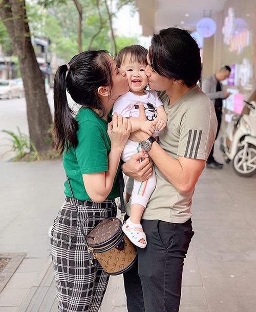 Vợ chồng Tú Vi - Văn Anh thơm má con gái tình cảm.
