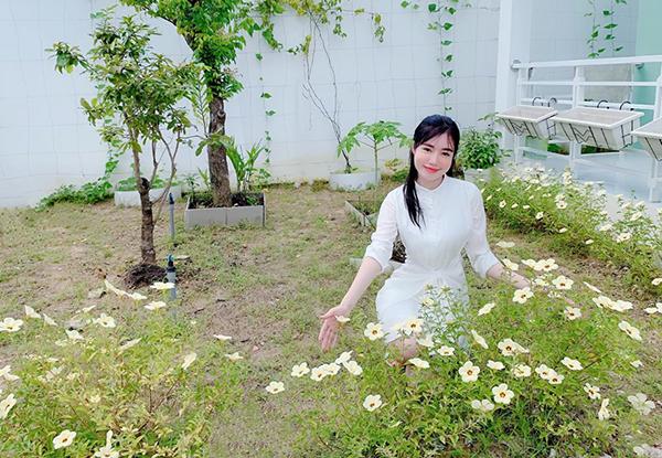 Elly Trần tự hào khoenhững khóm hoa xinh xắn côươm trồng trong vườn nhà.