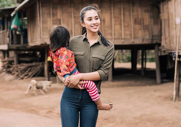 Vẻ đẹp rạng rỡ tự nhiên của Hoa hậu Tiểu Vy trong chuyến lên vùng cao thăm trẻ em nghèo được nhiều người khen ngợi.