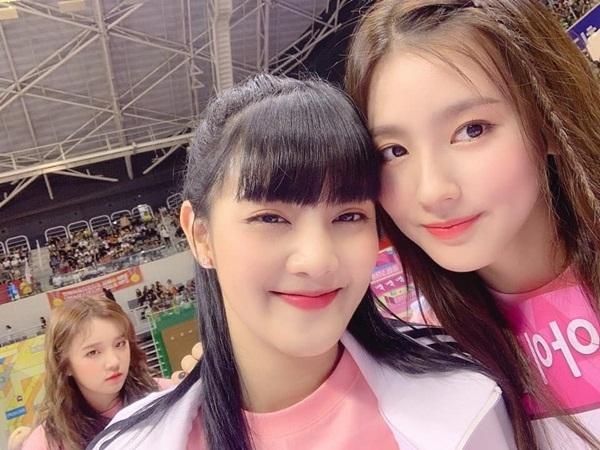 Khi ghi hình đại hội thể thao ISAC 2019, Mi Yeon (trái) rủ rê Shu Hua chụp selfie, bỏ mặc Yu Qi giận hờn ở phía sau.