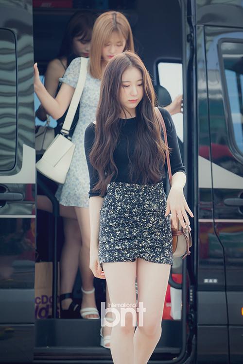 Lee Chae Yeon nổi bật với phong cách thanh lịch, đôi chân dài.