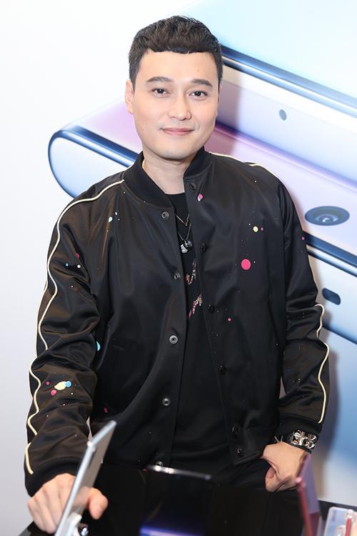 Ca sĩ Quang Vinh lâu lâu mới tái xuất ở sự kiện showbiz.