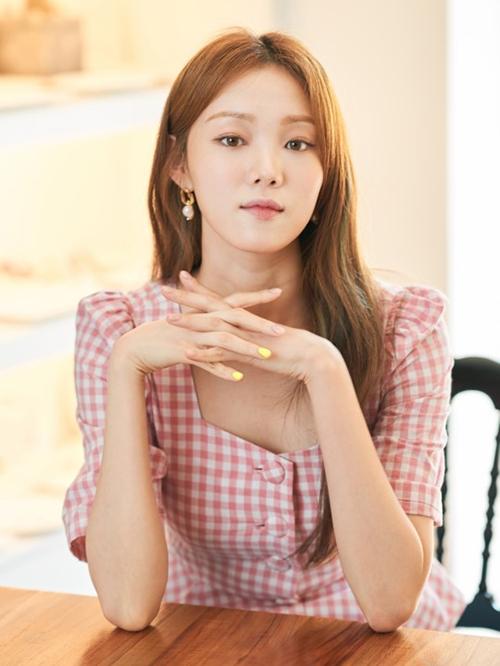 Chiếc áo gingham giúp Lee Sung Kyung trôngđầy dịu dàng và nữ tínhtrong một cuộc phỏng vấn.