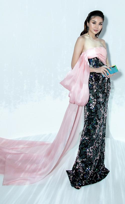 Tại một sự kiện công nghệ,siêu mẫu -diễn viên Thanh Hằng chọn diện bộ cánh của NTK Công Trí gây chú ý.Thiết kế có tà quét sân, nhấn nhá bằng chiếc nơ hồng ngọt ngào ở ngực.
