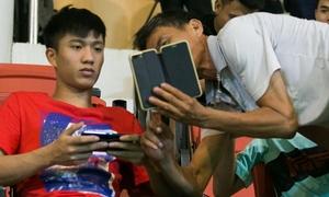 'Bộ đôi thương binh' Đình Trọng - Văn Đức bị fan vây, xin chụp ảnh