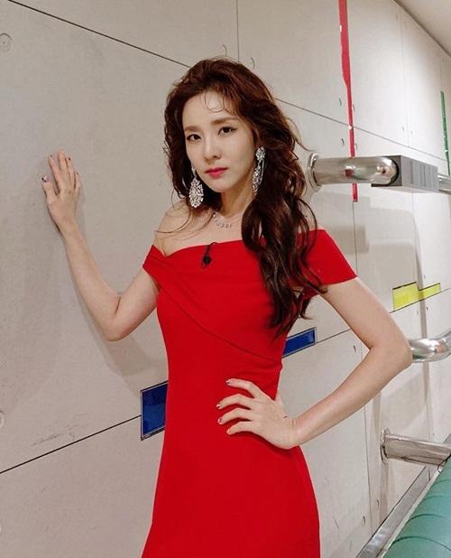 Dara khoe thần thái kiêu sa trong bộ đầm lệch vai đỏ rực.
