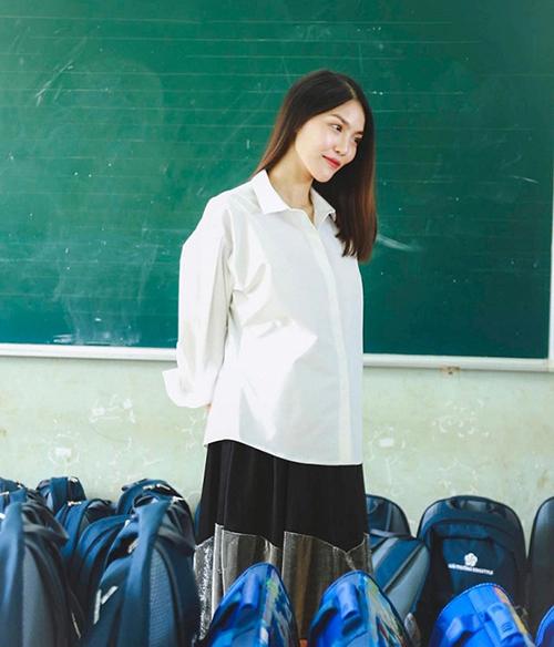 Diện sơ mi trắng, Lan Khuê vẫn trẻ trung như sinh viên dù đang mang bầu.