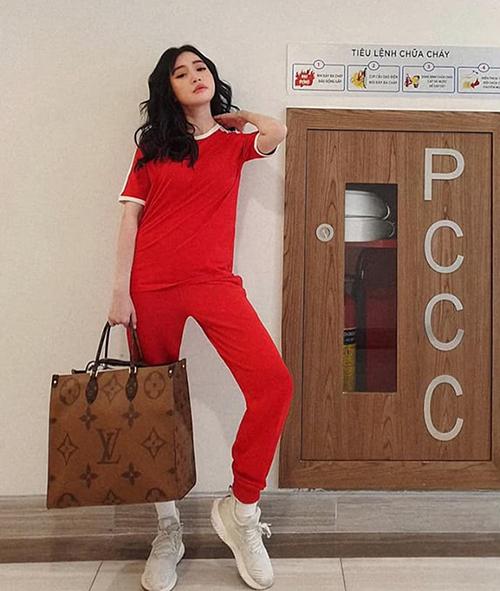 Elly Trần để tóc xoăn kiêu sa nhưng lại mặc đồ thể dục giống hệt nữ sinh Hàn.