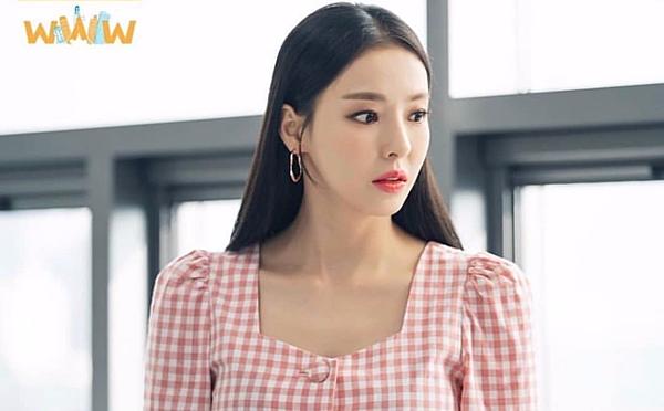 Lee Da Hee với gu thời trang trong bộ phim Search:WWW rất được công chúng quan tâm và người đẹp cũng chọn Alice Heart Neck Blouse đồng hành cùng với mình.