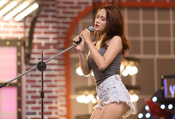 Hương Giang có cả bộ sưu tập quần một gang tay hở cả vòng ba, được cô kết hợp cùng những kiểu áo ôm dáng.
