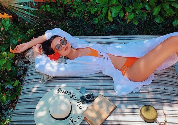 Trong những chuyến nghỉ dưỡng sang chảnh gần đây, Lê Thúy thường xuyên khoe dáng với bikini.
