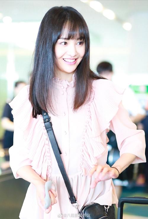 Hình ảnh của Trịnh Sảng ở sân bay mới đây khiến nhiều fan bất ngờ và dành lời khen ngợi. Nhờ việc tăng lên 5 kg từ khi có bạn trai,nữ diễn viên Hạ Chí Chưa Tới